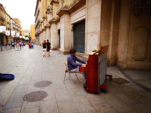 Barcelona-Street-Pianist-Sea-Green-Sea-Blue